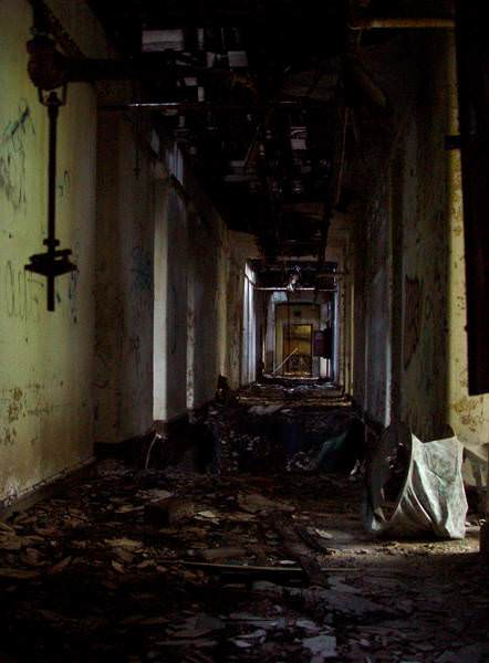Rotting Hallway - Photo of the Abandoned Kings Park ...   442 x 600 jpeg 29kB