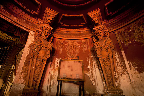abandoned theater statues